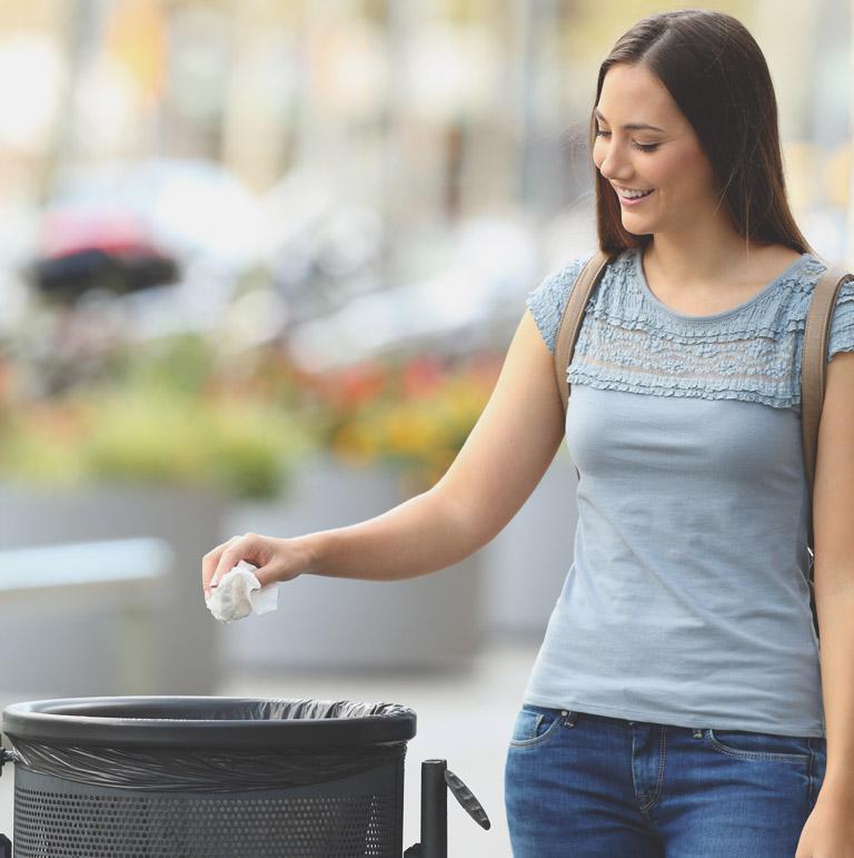 Kobieta wyrzucająca śmieci